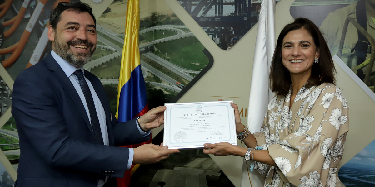 Minister of Transport Ángela María Orozco receiving the MobiliseYourCity membership certificate